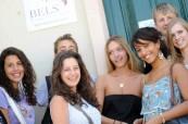 Před vchodem do školy BELS Malta