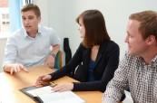 Lektor se studenty jazykového kurzu angličtiny pro manažery, English in Chester, Anglie