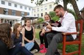 Lektoři školy LAL Torbay se studentům plně věnují