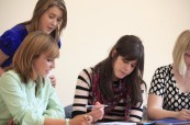 Studenti během výuky anglického jazyka, Cork English College