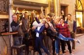 Studenti po výuce francouzského jazyka ochutnávají výborné místní víno, LSF Montpellier Francie