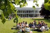 Krásné počasí a studenti relaxují venku před školou - střední škola Brockenhurst College v Anglii