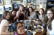 Studenti jazykového kurzu angličtiny na škole LTC Eastbourne si vychutnávají tradiční anglický cream tea
