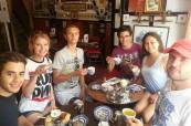 Studenti LTC Eastbourne v čajovně