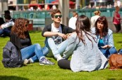 Studenti jazykového kurzu na škole LILA Liverpool v parku