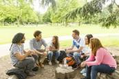 Studenti tráví svůj volný čas po výuce angličtiny s přáteli a procvičují tak anglický jazyk i neformálně, Milner School of English Wimbledon Londýn v Anglii