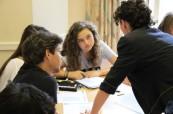 Studenti letního jazykového kurzu pro mladé dospělé od 16 let ve škole ELC v Loxdale, Brighton
