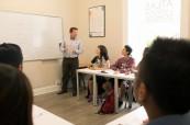 Studenti angličtiny během výuky v jedné z učeben jazykové školy Atlas Language, Dublin, Irsko