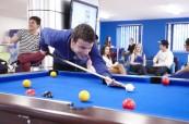 Kulečník je oblíbenou zábavou místních studentů na škole Chichester College
