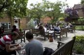 Prostorná zahrada s terasou u školy Wimbledon School of English