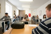 Testovací učebna, kde studenti skládají závěrečné zkoušky z vybraného jazykového kurzu jako je například Cambridge Exam, Atlas Language, Dublin, Irsko