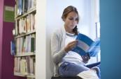 Studentka v knihovně během samostudia, Chichester College