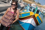 Studentka angličtiny s typickou maltskou lodičkou při poznávání nového města, ACE Malta