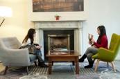 Po celé škole je mnoho míst, kde si studenti mohou odpočinout a popovídat, Atlas Language, Dublin, Irsko