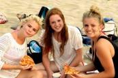 Studenty na pláži během přestávky na pizzu, LSF Montpellier Francie