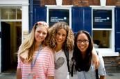 Studenti letního jazykového kurzu před budovou školy BSC York