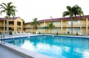 Budova jazykové školy LAL Fort Lauderdale na Floridě v USA, kde se nachází i studentská rezidence s bazénem