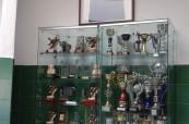 Trofeje střední školy Colegio Maravillas v Benalmádeně u Malágy, Španělsko