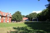 K jazykové škole ELC Brighton Loxdale patří krásná velká zahrada