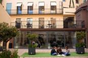 Studenti mohou využívat venkovní prostory školy k relaxaci nebo studiu, International House Valencie