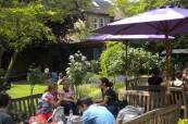 Krásná zahrada školy Wimbledon School of English, kde mohou studenti trávit volný čas