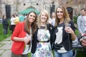 Dvě sestry, majitelky školy LILA Liverpool, na zahradní party